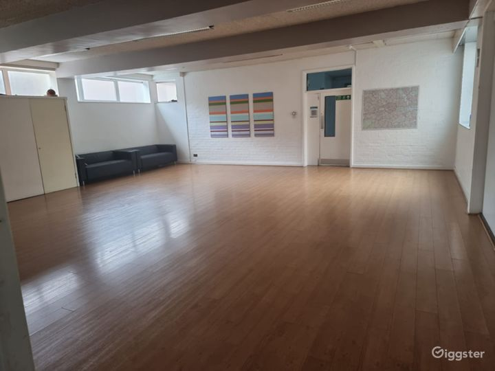 Huge Lounge with Wood Flooring in London Photo 2