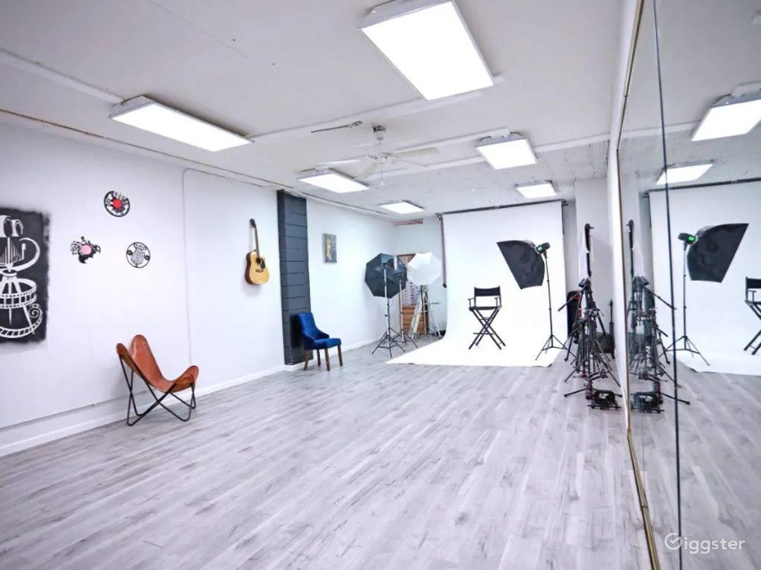 Creative, Cozy Studio in Glendale Photo 1