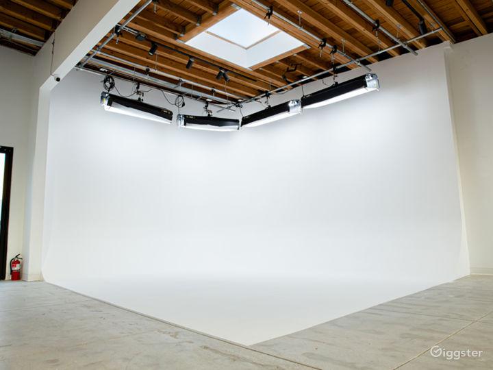 Modern Photo Studio with Natural Light Photo 4