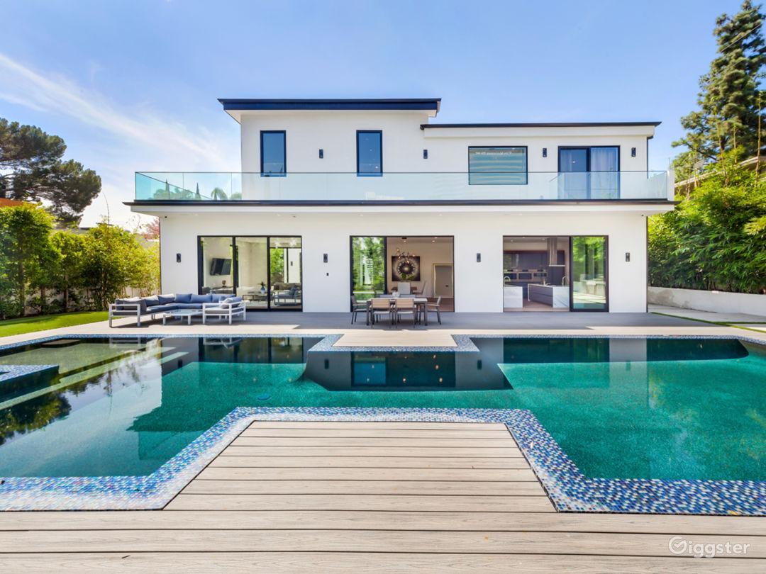 Beautiful Contemporary Home Photo 2