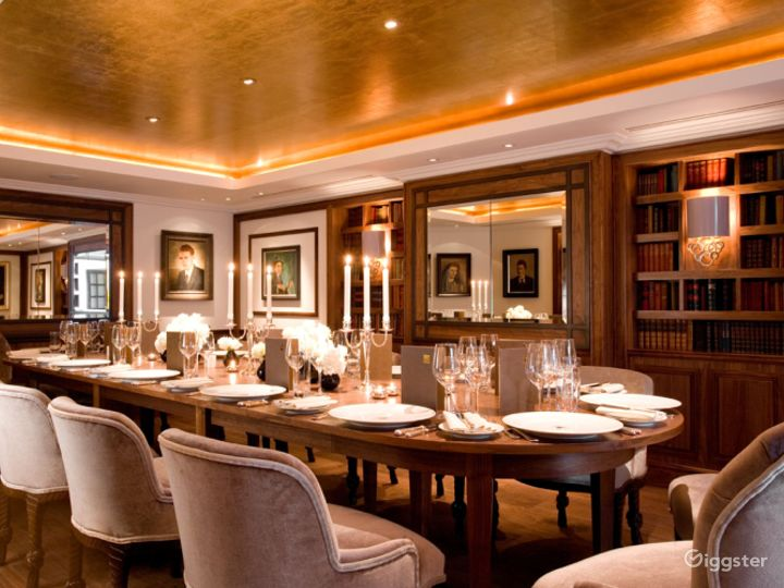 Prestigious Library Meeting Room with Antique Books in London Photo 4