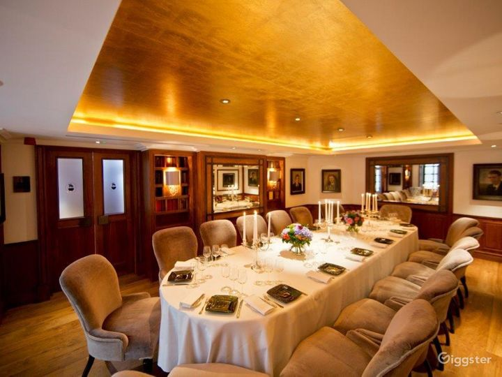 Prestigious Library Meeting Room with Antique Books in London Photo 3