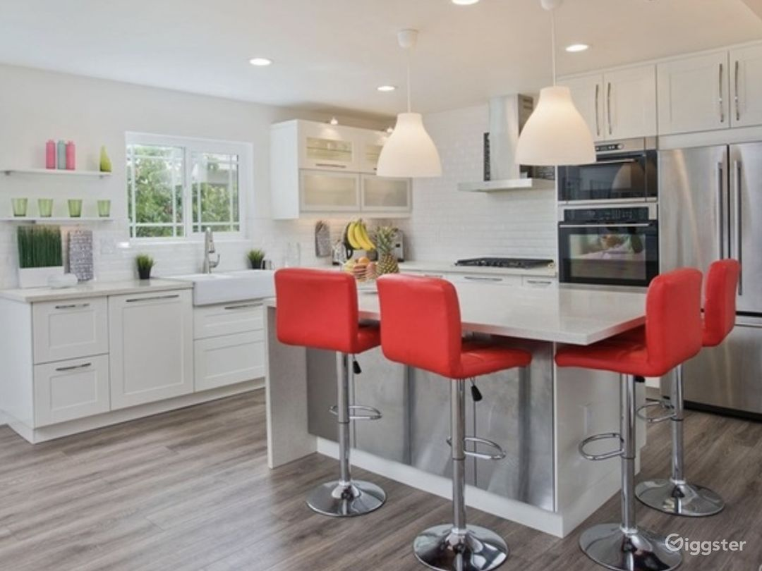 A beautiful large island ties in this magnificent chef friendly kitchen with white bright finishes to light up your culinary experience. Perfect for cooking shows, promo videos, and tutorial videos.
