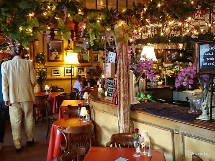 Intimate Vintage Bar and Restaurant in London Photo 5