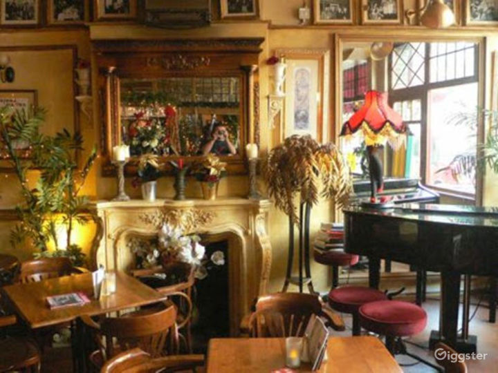 Intimate Vintage Bar and Restaurant in London Photo 3