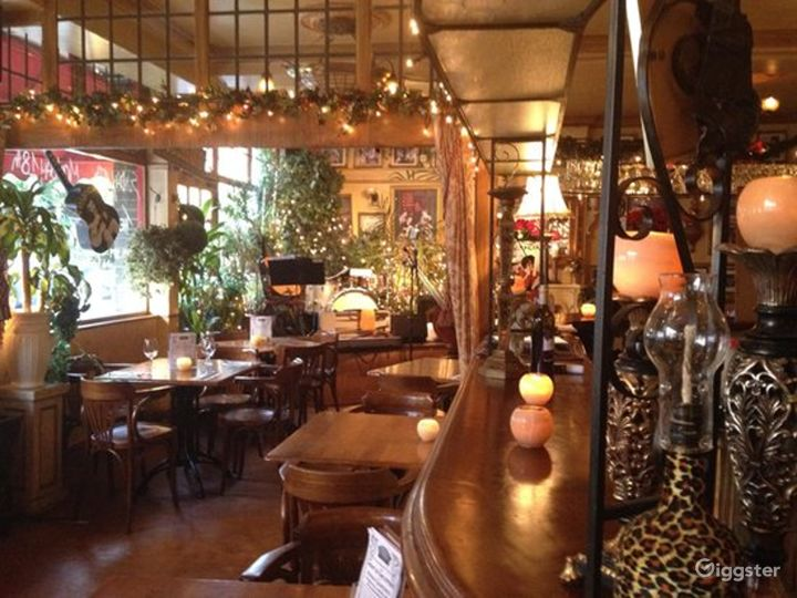 Intimate Vintage Bar and Restaurant in London Photo 2