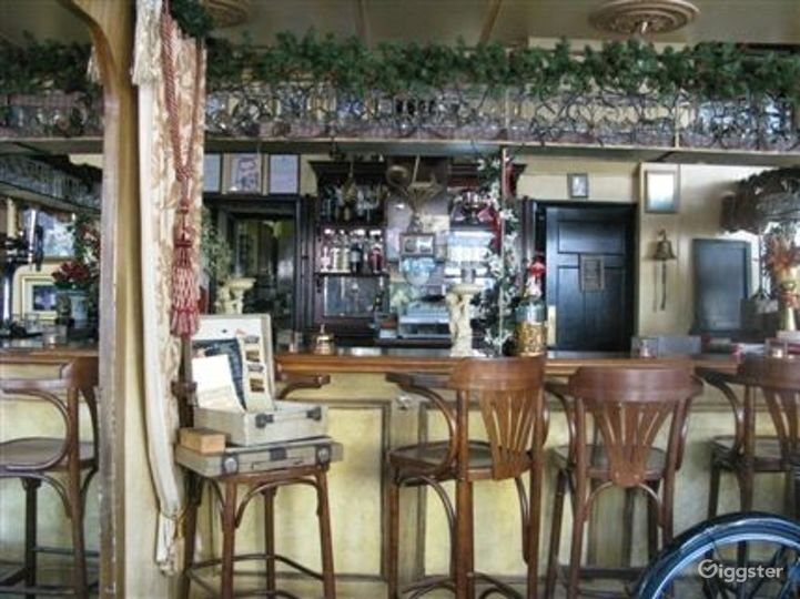 Intimate Vintage Bar and Restaurant in London Photo 4