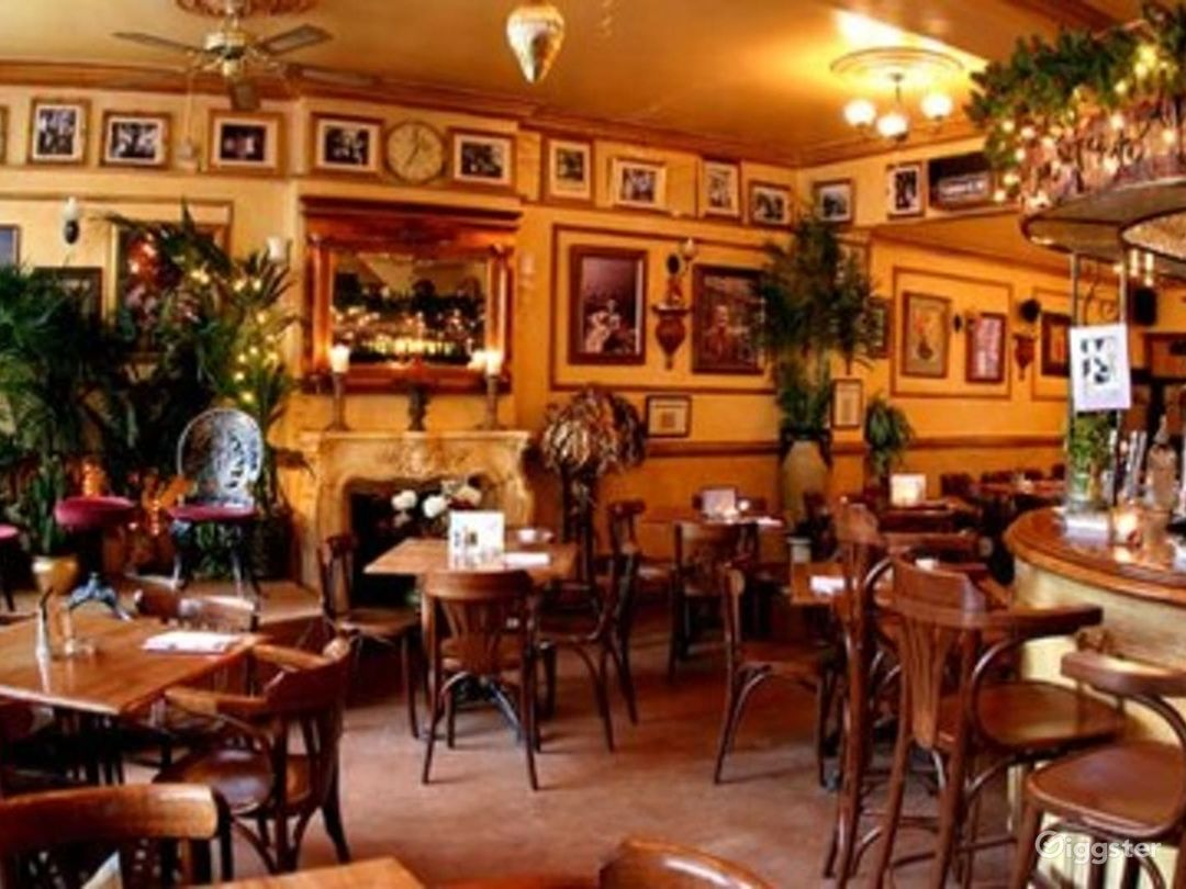Intimate Vintage Bar and Restaurant in London Photo 1