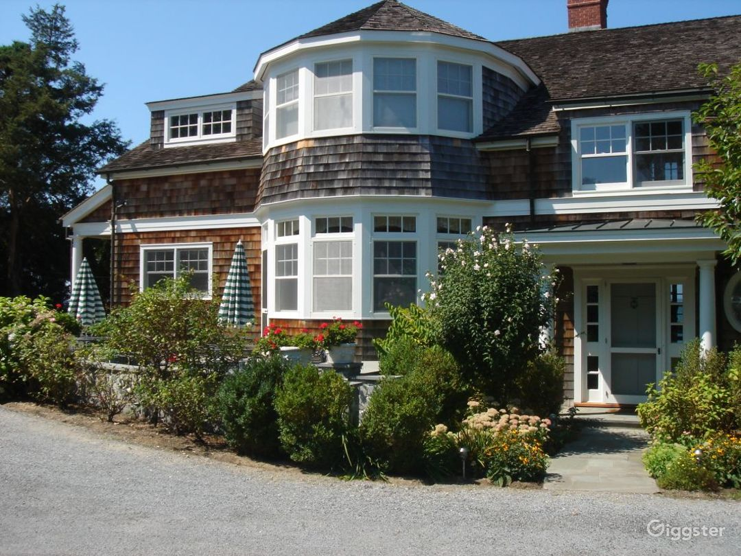 Large Hampton's waterfront compound: Location 2932 Photo 1