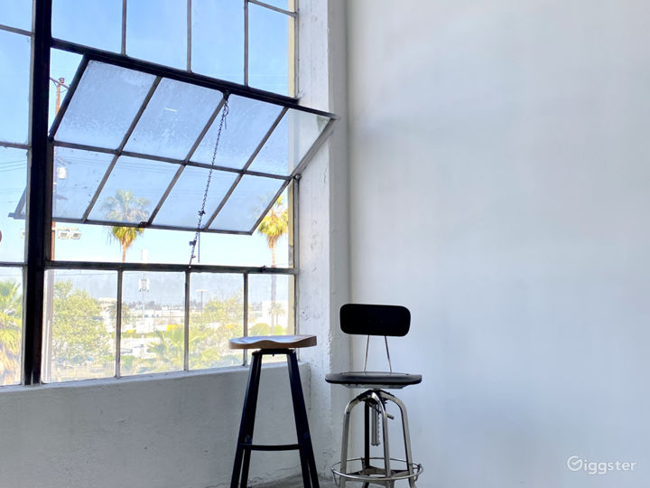 DTLA Studio w/ Natural Lighting + Huge Window! Photo 4