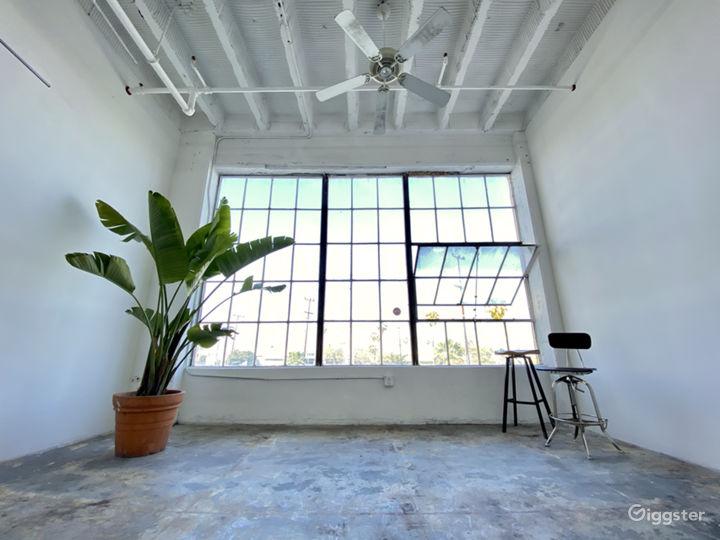 DTLA Studio w/ Natural Lighting + Huge Window! Photo 3