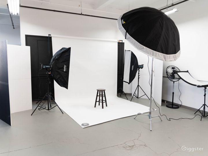Spacious Modern Photo Studio and Room Set Photo 5