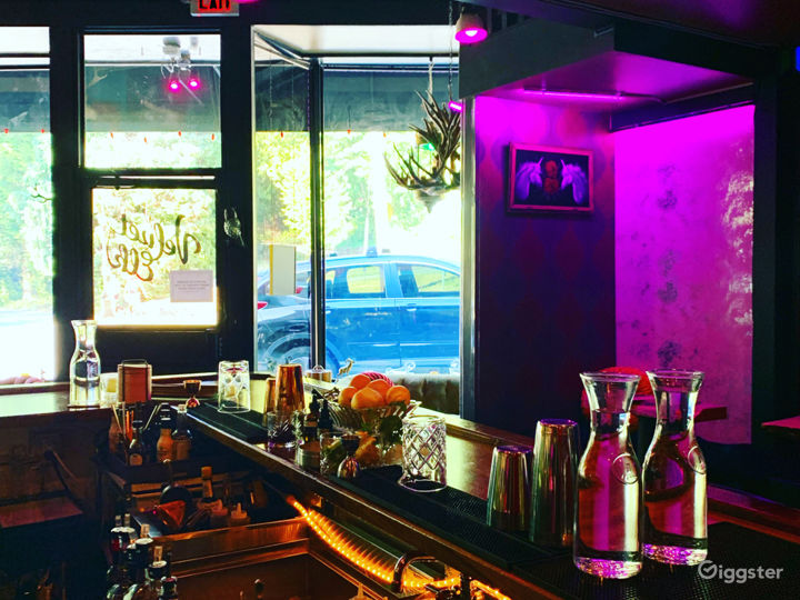 Cocktail bar: Lush & colorful with vintage decor