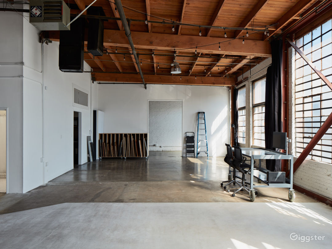3,000 Sq.Ft. Studio in DTLA w/ Kitchen + White Cyc Photo 3