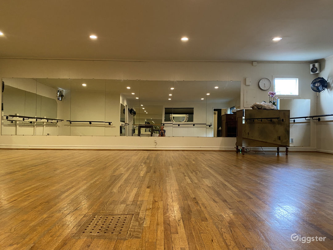 Gorgeous, Bright, Clean Studio Space... Mirrors, Windows and Barres