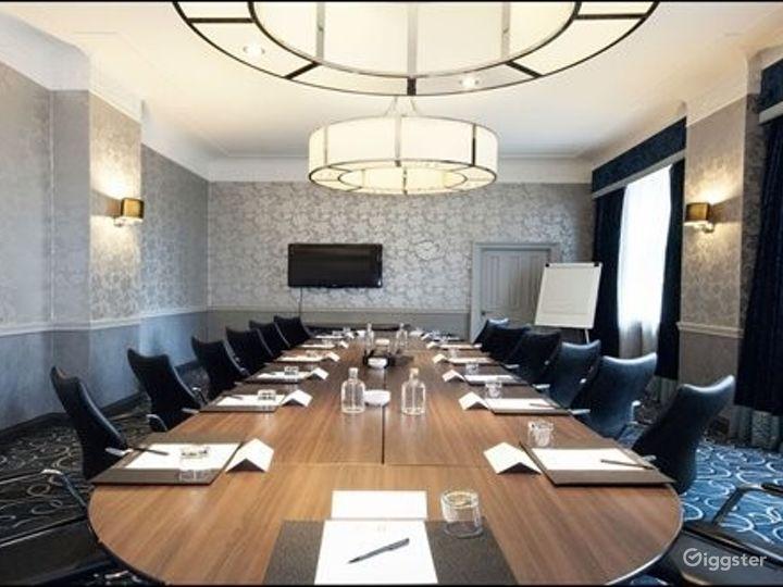 Sophisticated Buchanan Room in Glasgow Photo 4