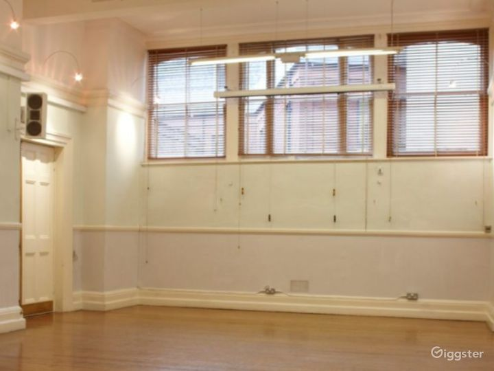 Light and Airy Formal Room in London Photo 3