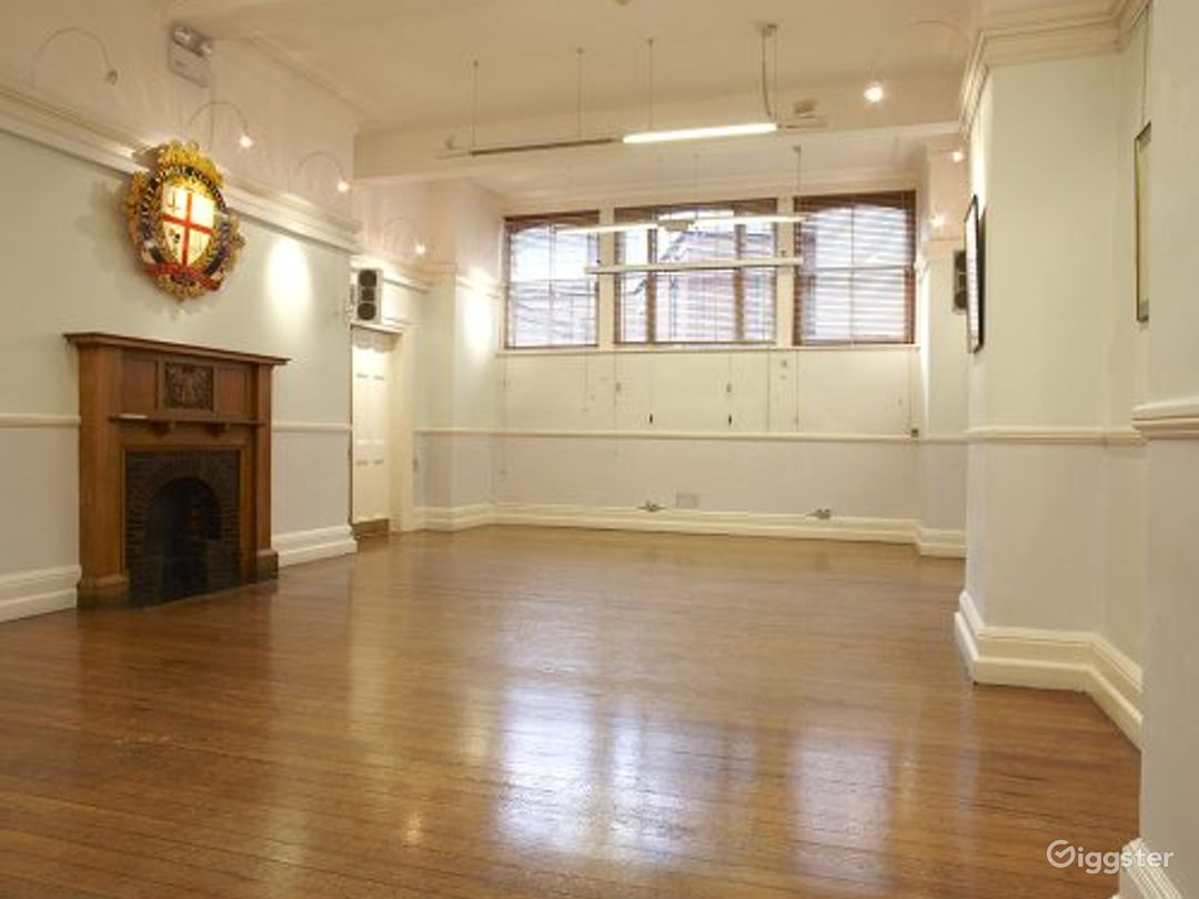 Light and Airy Formal Room in London Photo 1