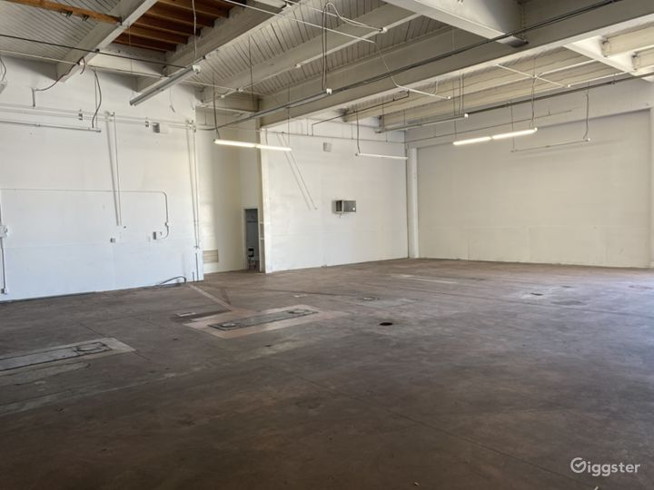 Large Open Space Warehouse Photo 4