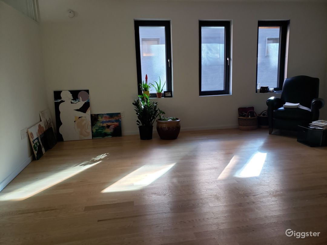 Spacious space with cinematic touch, skyline view Photo 1