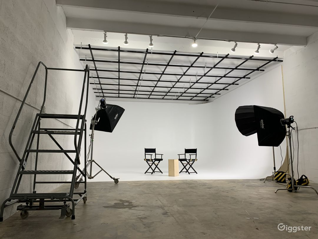 Super Sized Cyclorama Wall Studio with Paperdrops Photo 1