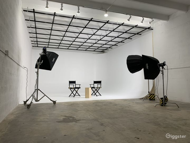 Super Sized Cyclorama Wall Studio with Paperdrops Photo 2