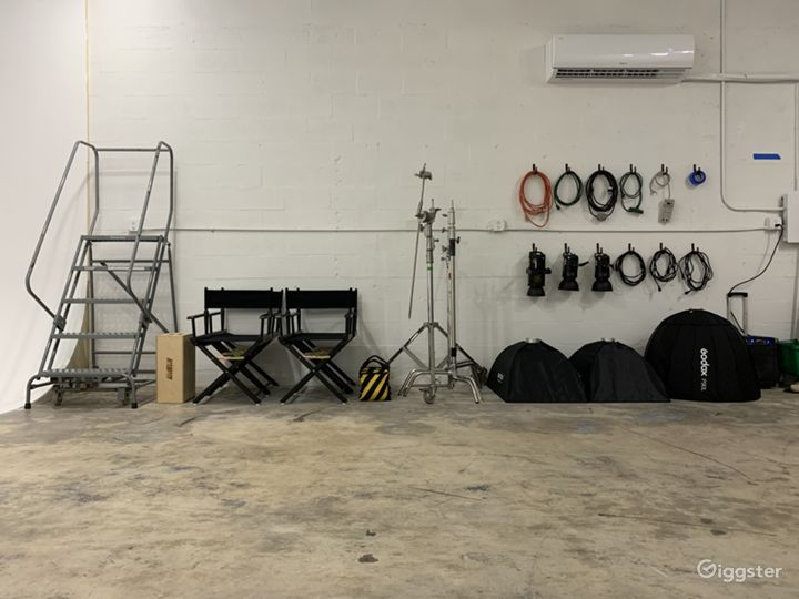 Super Sized Cyclorama Wall Studio with Paperdrops Photo 4