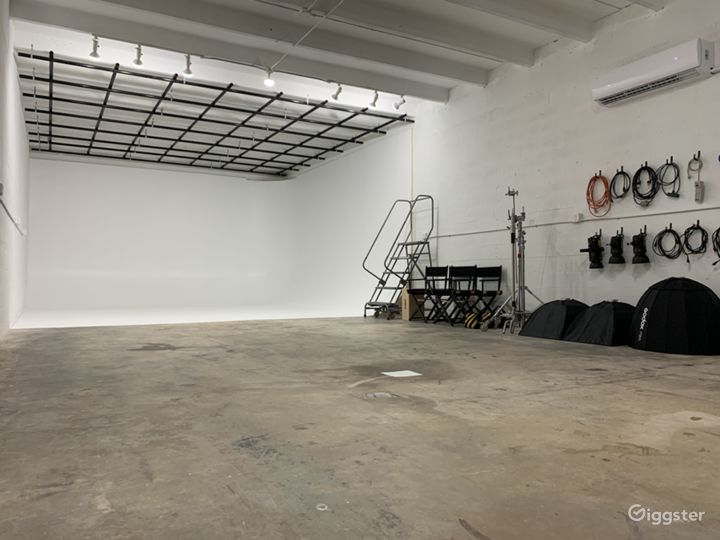 Super Sized Cyclorama Wall Studio with Paperdrops Photo 5