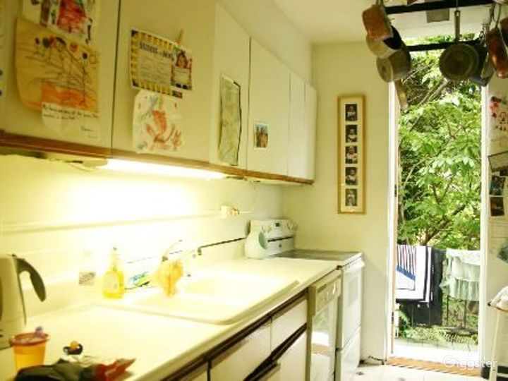 Traditional brownstone apartment: Location 4020 Photo 5