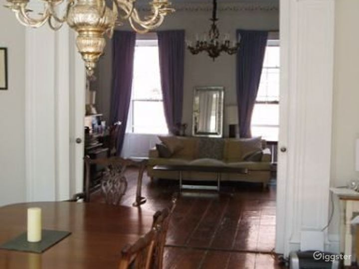 Traditional brownstone apartment: Location 4020 Photo 2