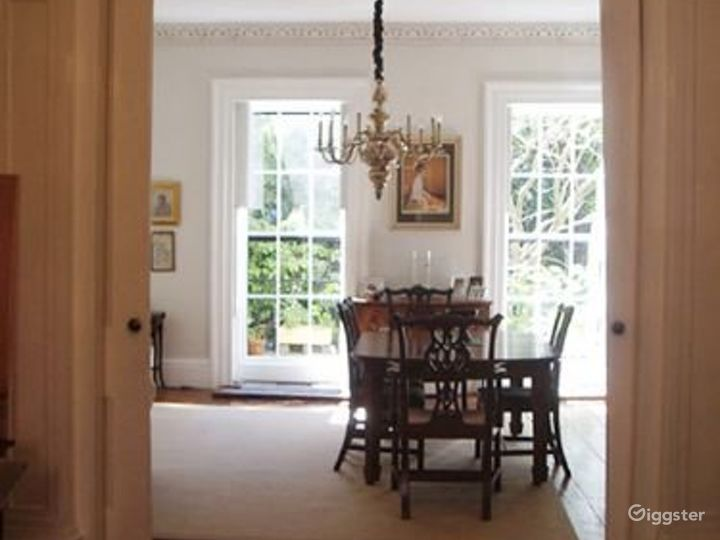 Traditional brownstone apartment: Location 4020 Photo 3