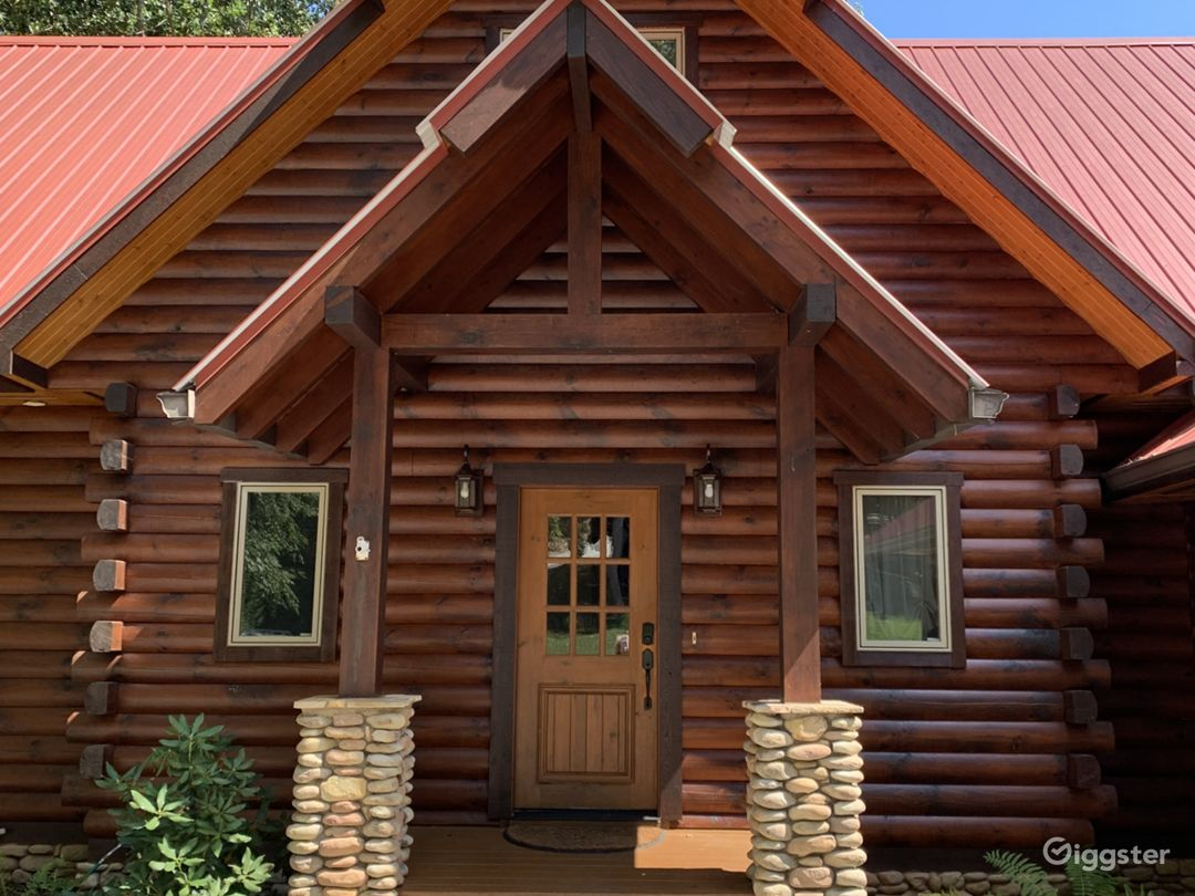 Elegant Waterfront Log Cabin Photo 2