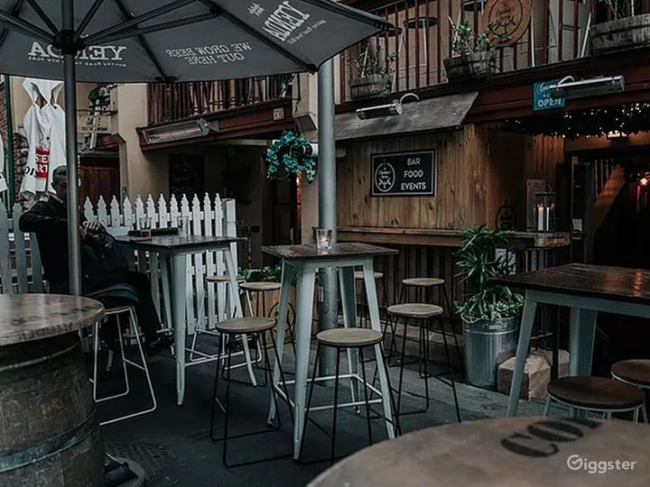 Courtyard Place with Good Food and Drinks Photo 2
