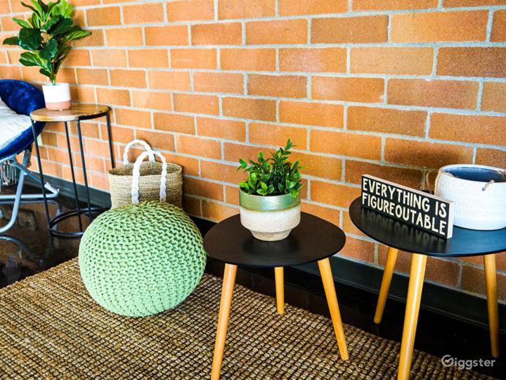 Vibrant Modern Meeting Room Photo 5
