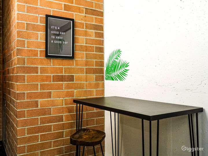 Vibrant Modern Meeting Room Photo 4