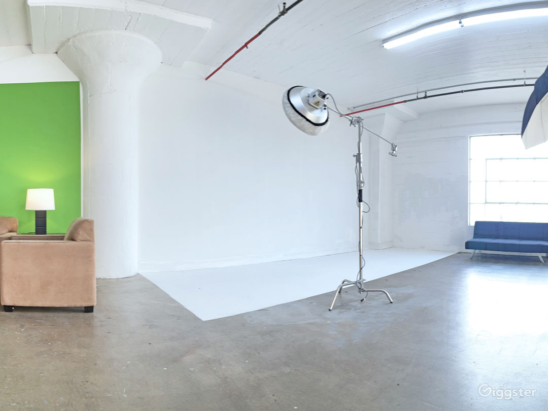 Large Professional Studio with Natural Light Photo 1