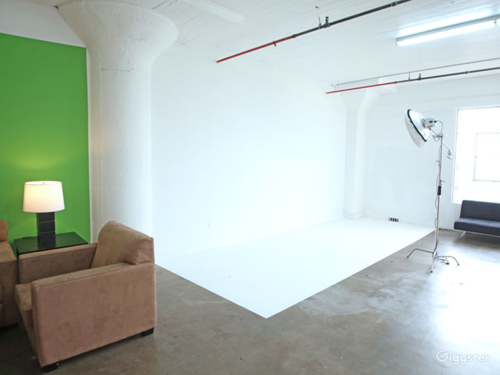 Large Professional Studio with Natural Light Photo 4