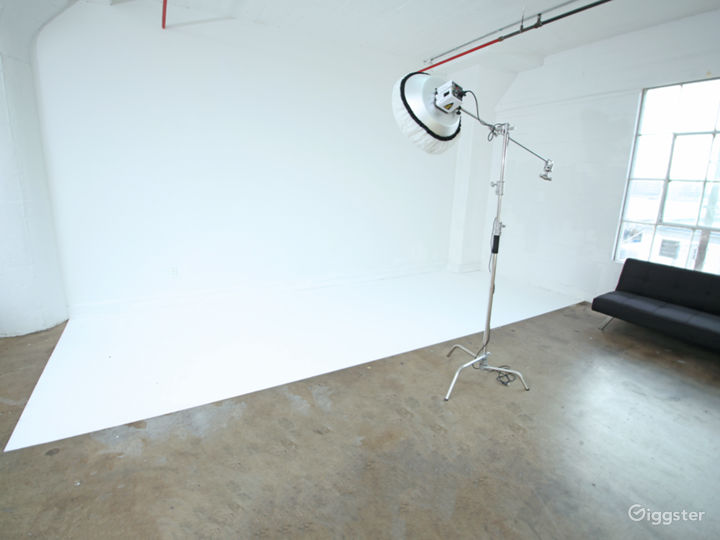 Large Professional Studio with Natural Light Photo 3