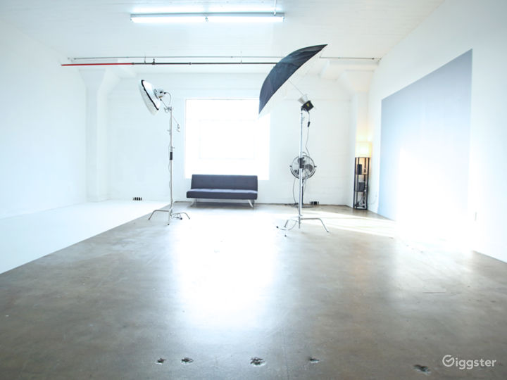 Large Professional Studio with Natural Light Photo 2