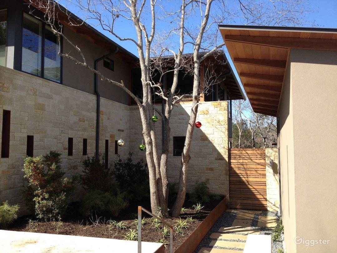 Stunning architectural modern home. Photo 2