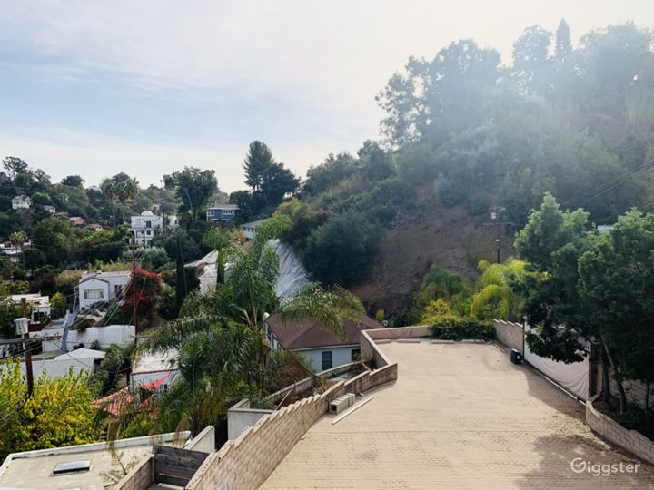 Light-flooded, Panoramic View Hillside Home and Op Photo 2