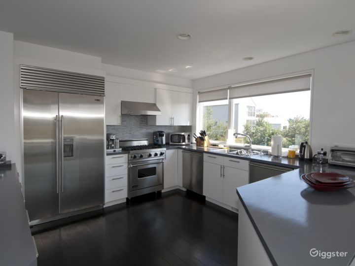 Modern home with pool: Location 3162 Photo 4