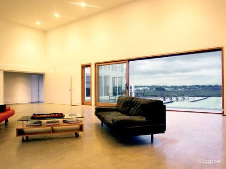 Modern home with pool: Location 3162 Photo 2