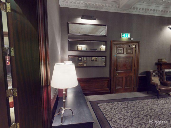 Elegant Library Room in Edinburgh Photo 3