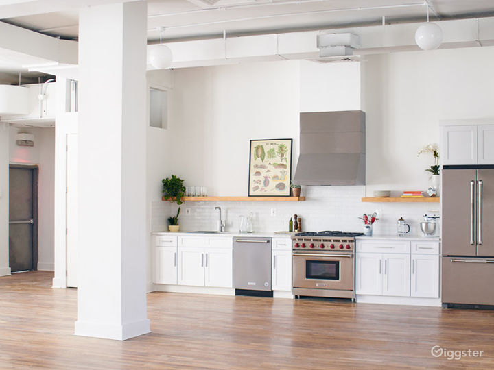 Stylish Kitchen Loft w/ Living & Dining Area Photo 4