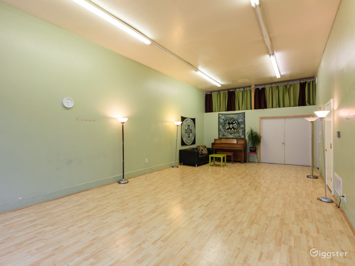 Great 600 sq/ft space with lots of light Photo 4