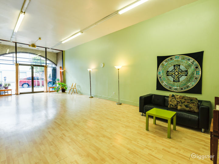 Great 600 sq/ft space with lots of light