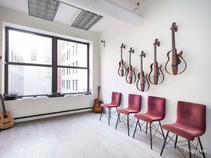 Elegant and Modern Downtown Studio Photo 5