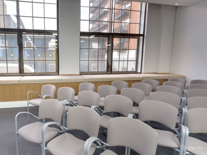 Bright and Airy Earth Meeting Room in London Photo 3