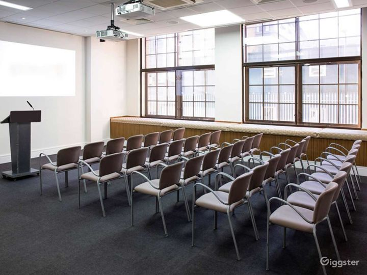Bright and Airy Earth Meeting Room in London Photo 5
